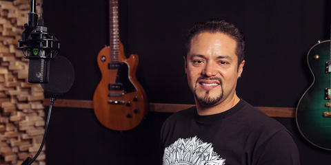 Andy Vargas with his LEWITT condenser studio microphone LCT 550