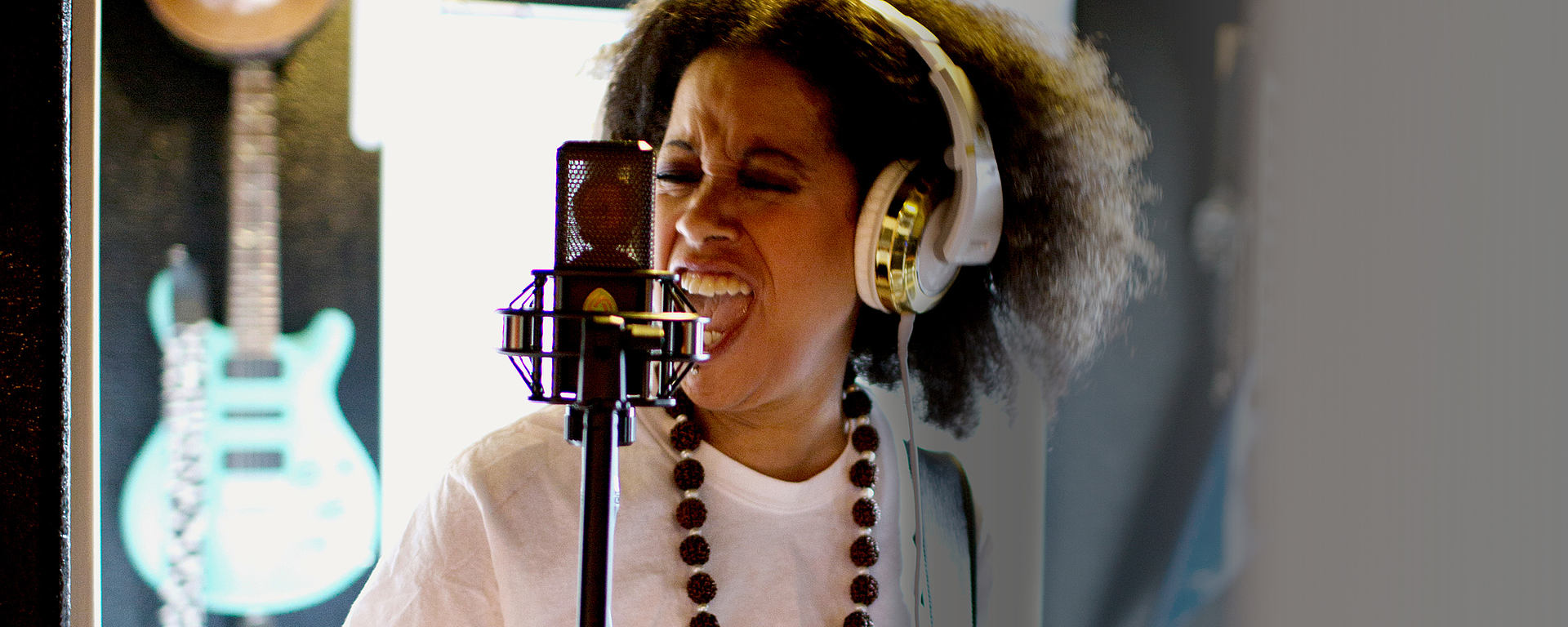 Bibi McGill singing through her LCT 550 reference condenser studio mic