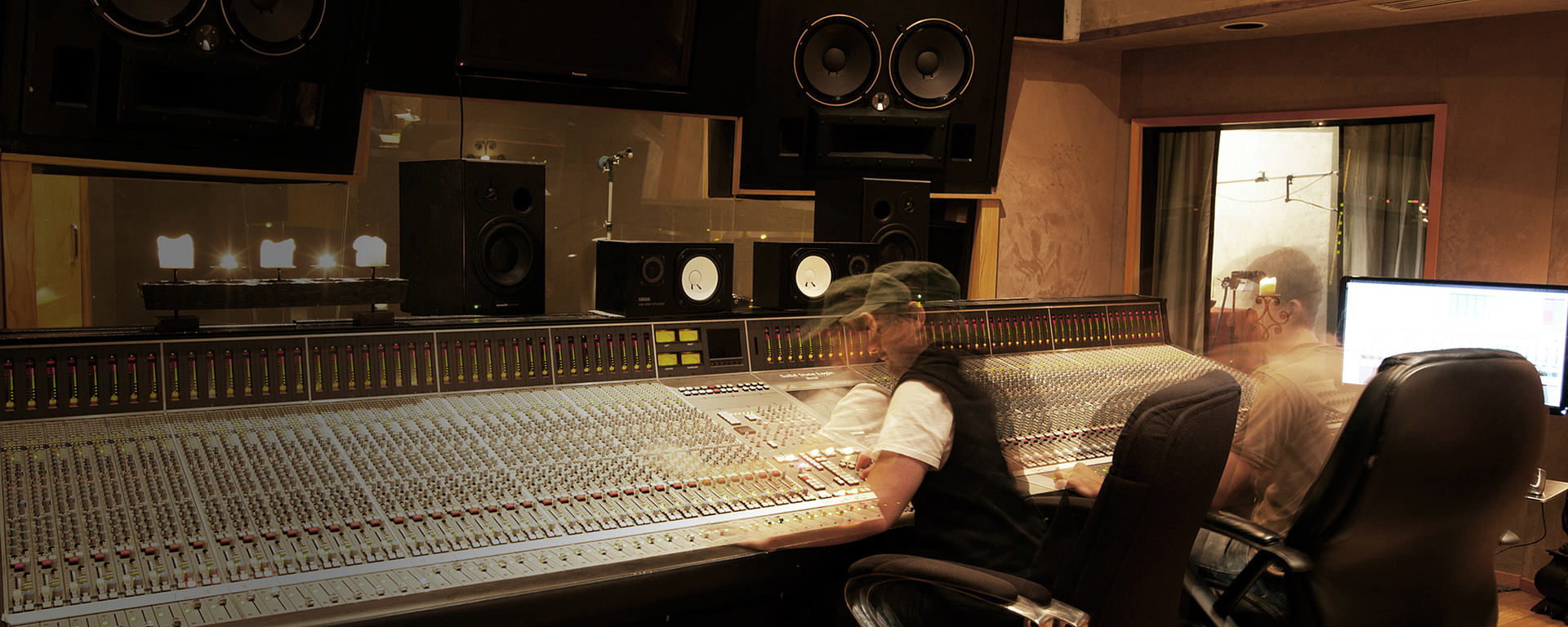 Leo Mellace in serenity studios with LCT 940 reference studio microphone