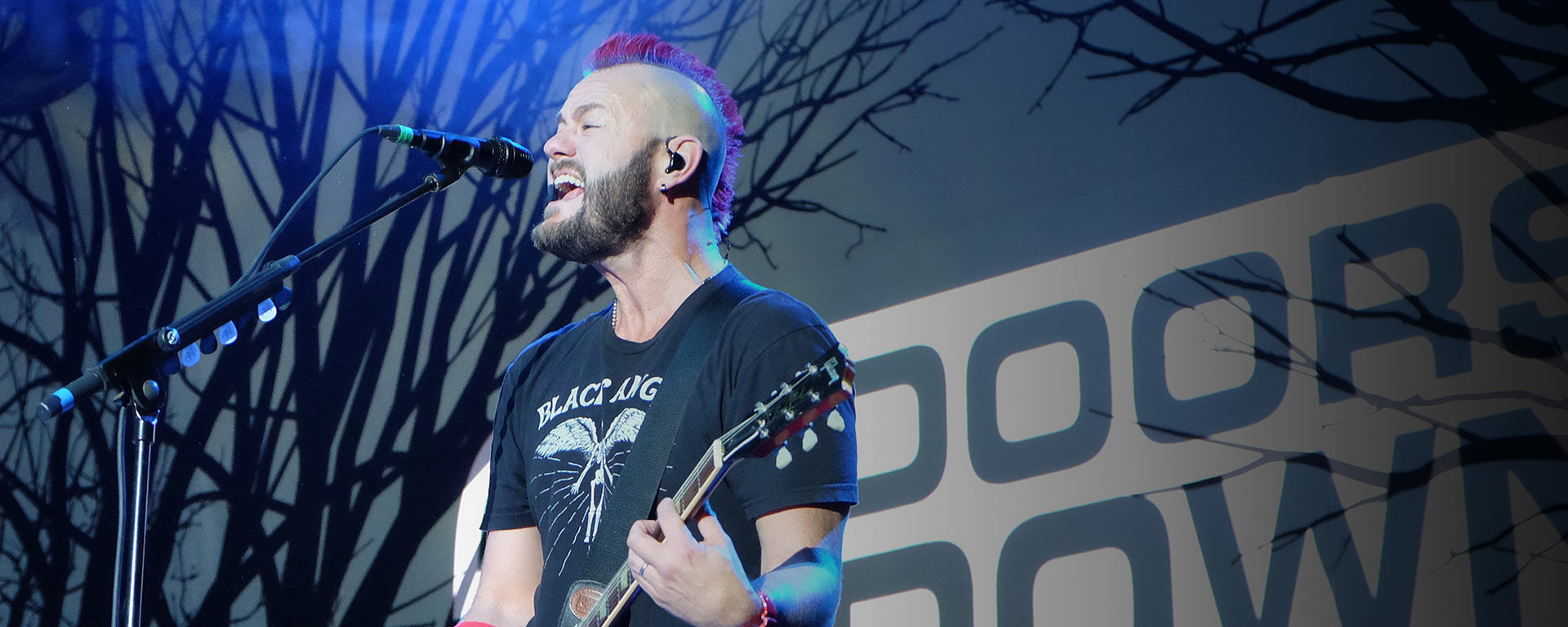 Chet Roberts of 3 Doors Down using the MTP 550 DM as live stage mic