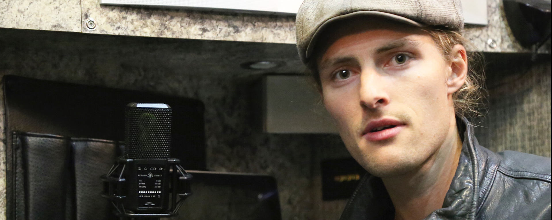 Dieses Foto zeigt Kit French dabei, wie er sein LEWITT USB Mikrofon DGT 650 verwendet