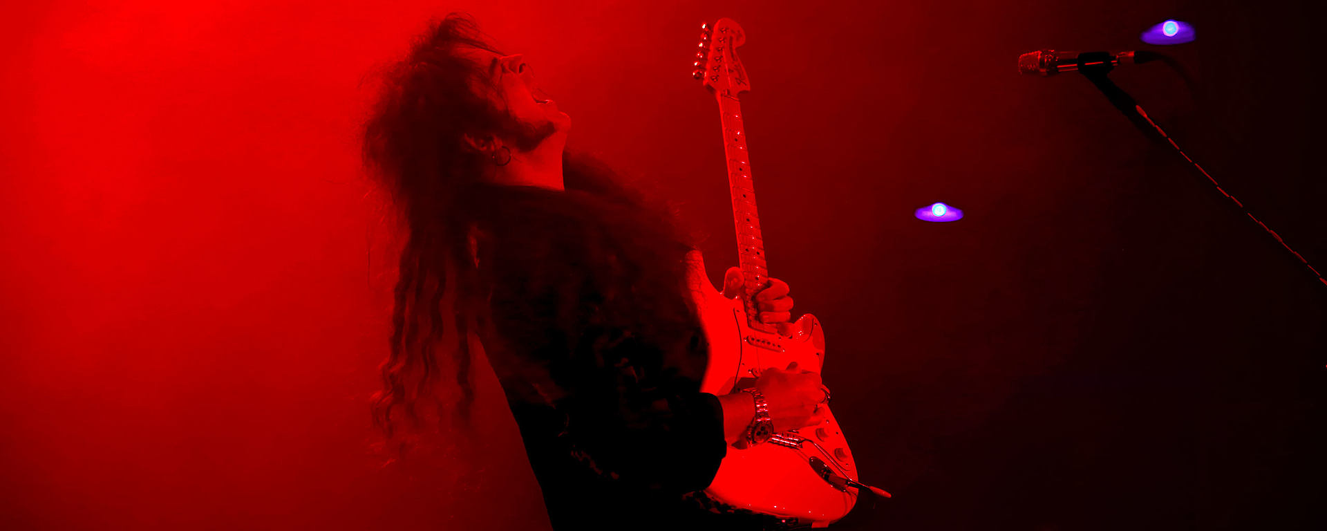 Yngwie Malmsteen uses the LEWITT MTP 550 DM dynamic vocal microphone on stage
